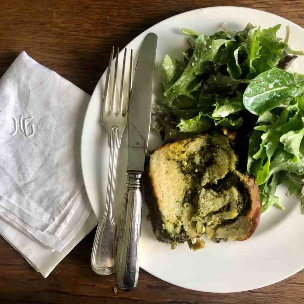 Hefezopf mit Spinat serviert mit einem Salat.