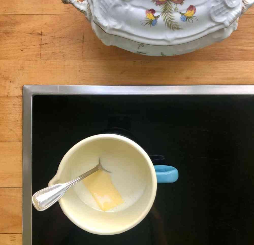 Milch, Zucker und Hefe verrühren. Salz und Butter dazugeben.