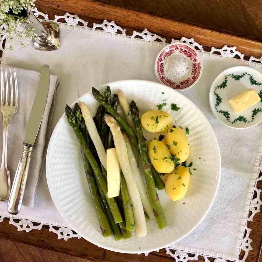 Traditionell wird Spargel mit gekochten Kartoffeln und zerlassener Butter gegessen