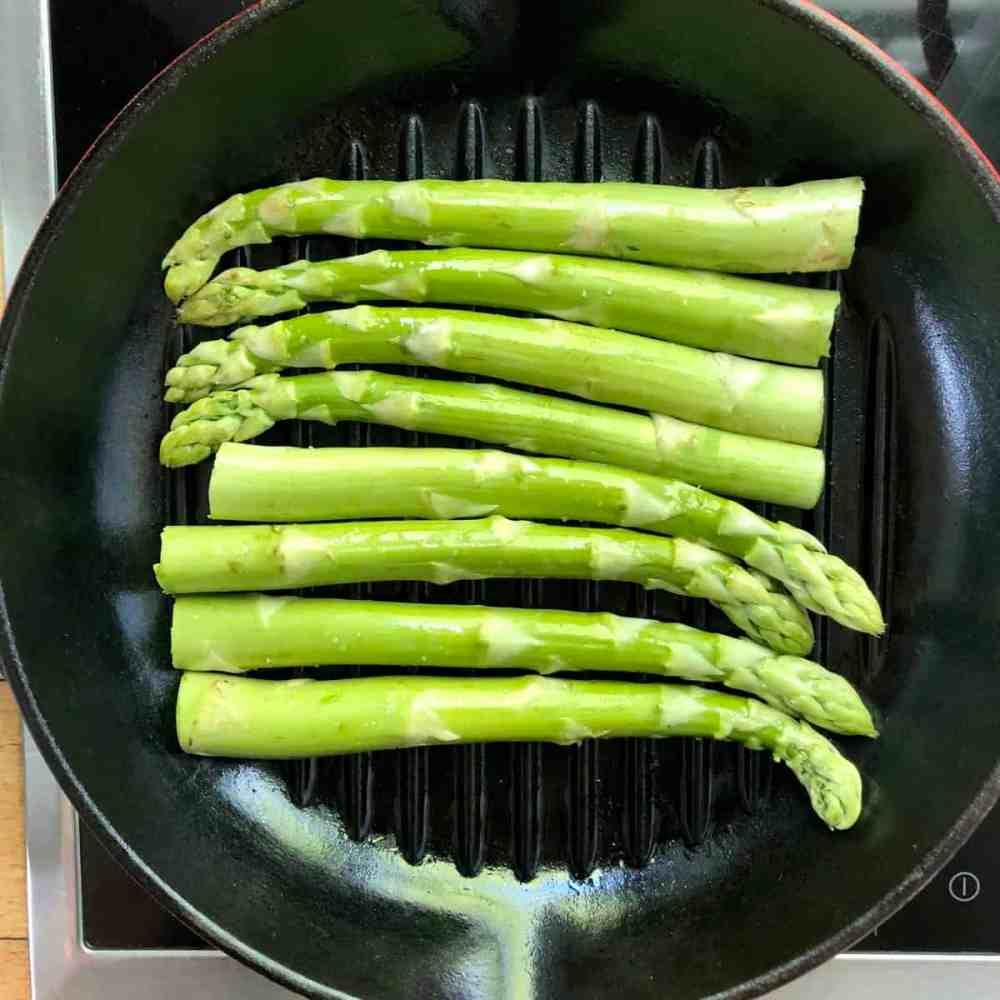 Grünen Spargel 15 Minuten grillen.