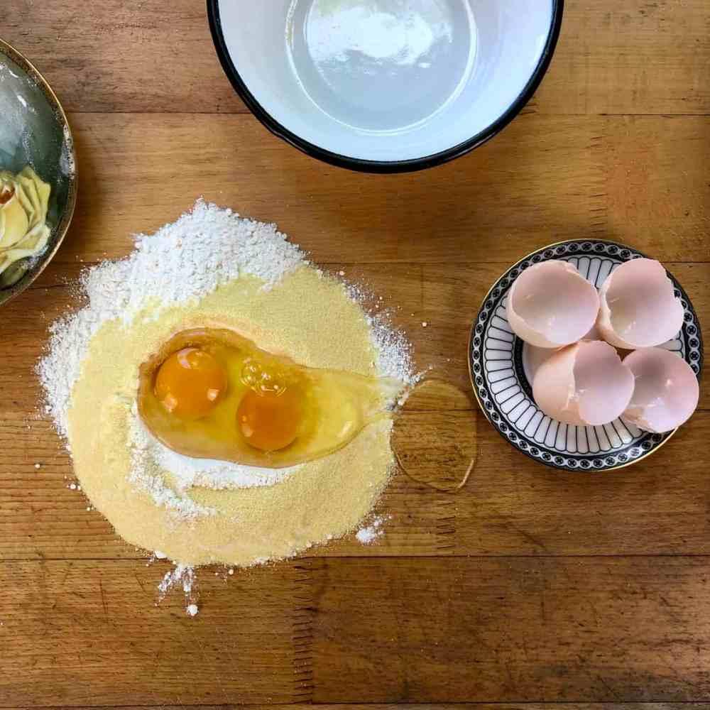Mehl, Semolina und Eier zusammenmischen.