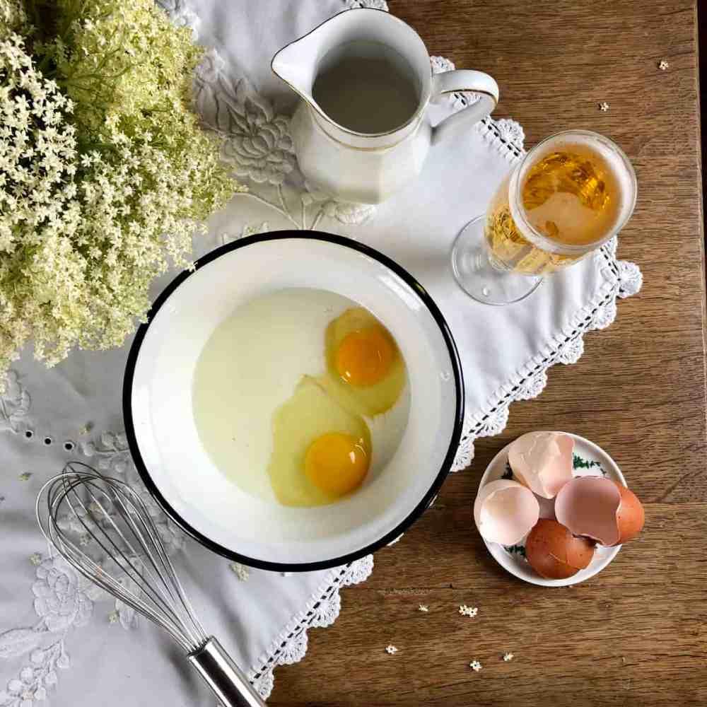 Eier zu der Milch dazugeben
