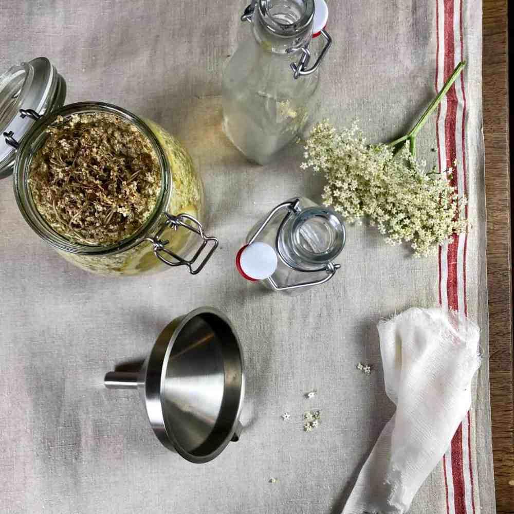 Nach 3 - 4 Tage, Holunderblüten und Zitrone von den Gläsern entfernen.