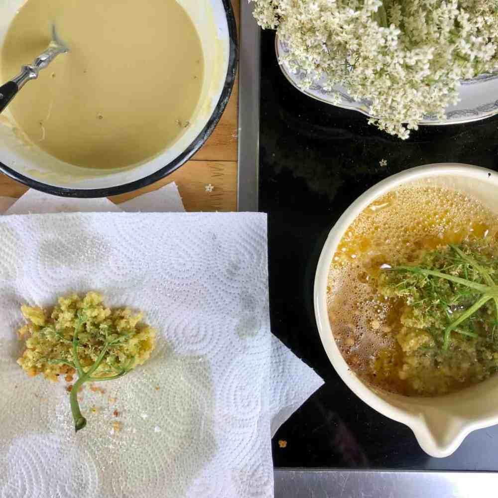 Holunderküchle auf Küchenpapier abtropfen lassen