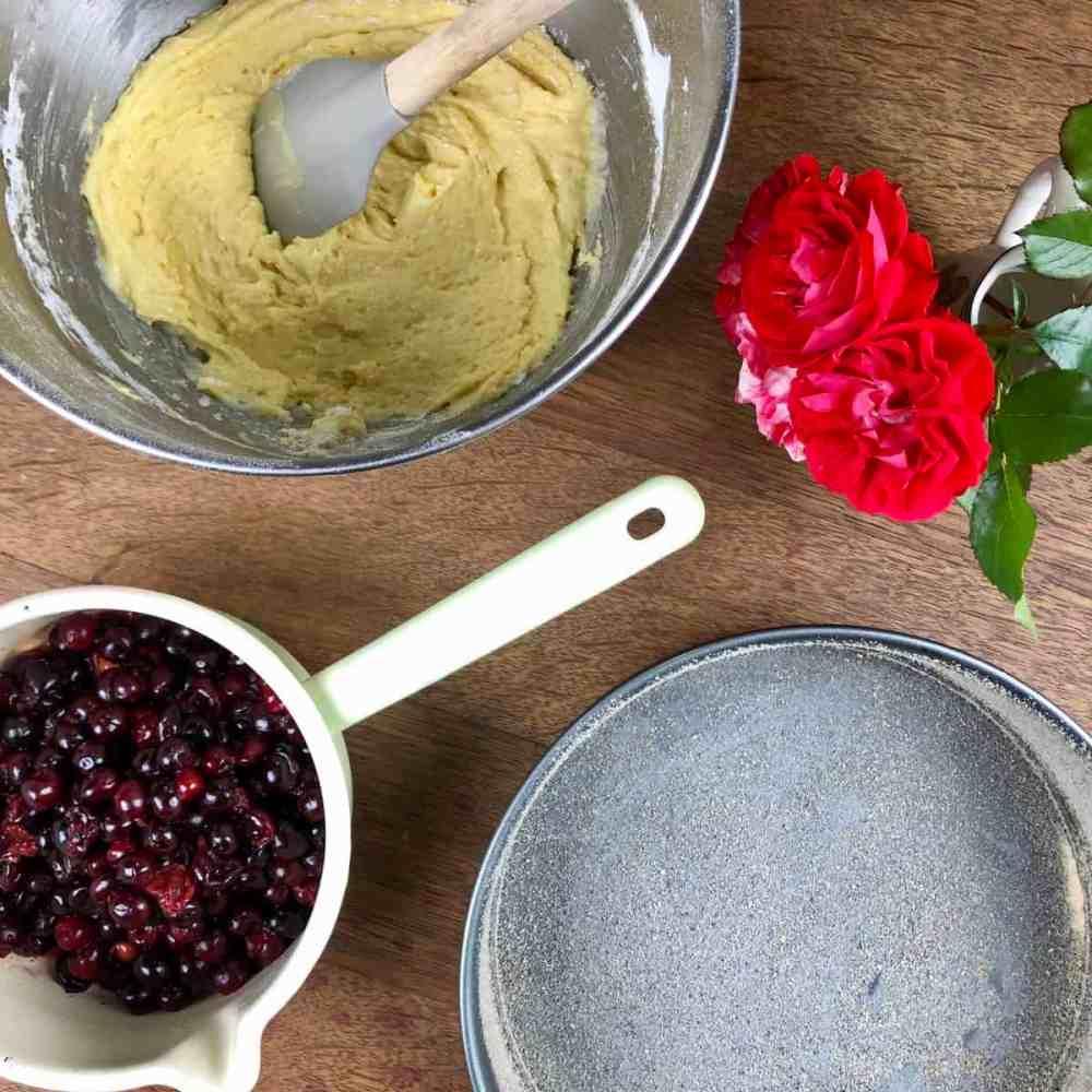 Sauerkirschkuchen: Fette die Springform mit etwas Butter oder Öl ein und beschichte diese mit Semmelbrösel.