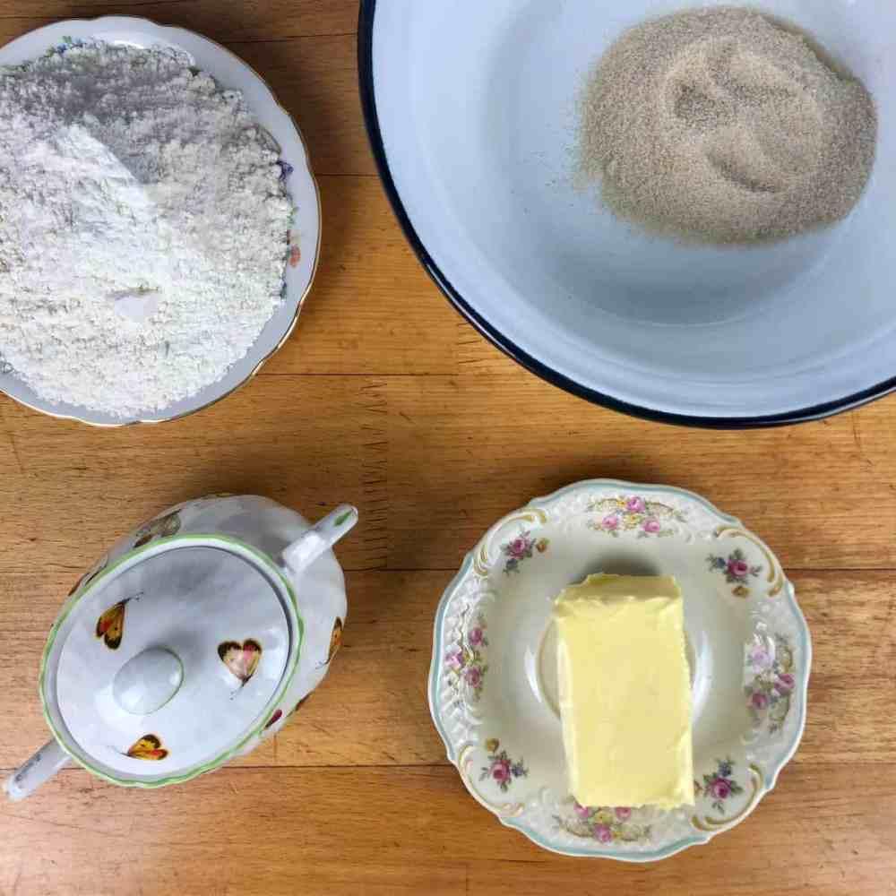 Mische Mehl, Zucker und Butter zusammen in eine Schüssel.