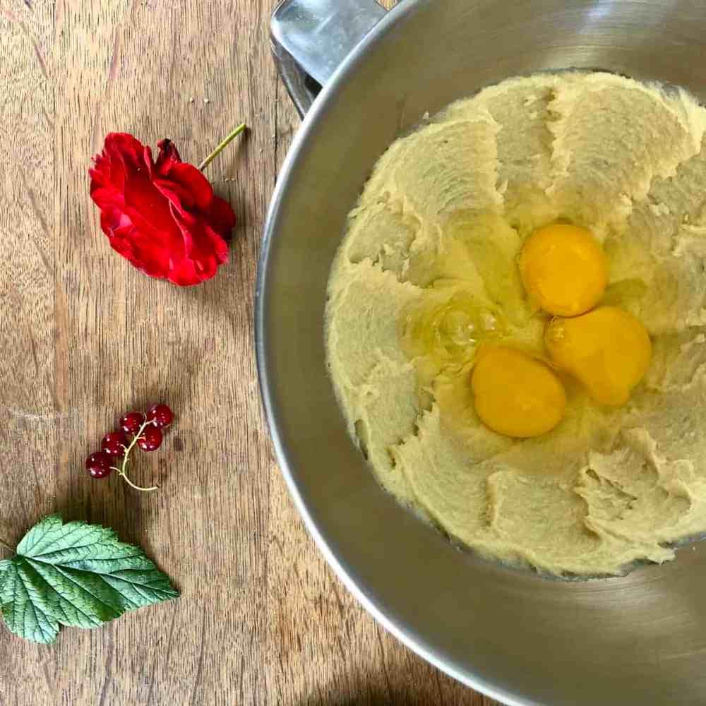 Eier und Salz dazugeben.