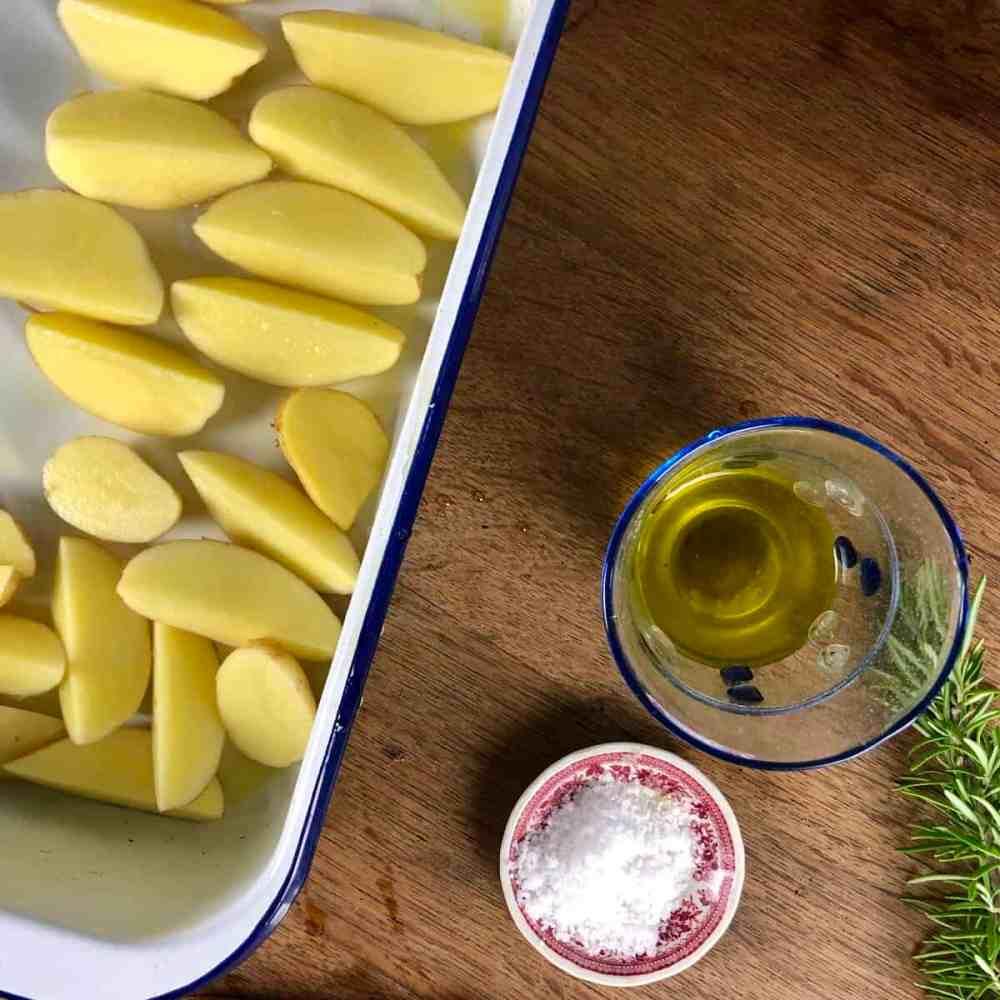 Gebe die Kartoffeln auf das Backblech.
