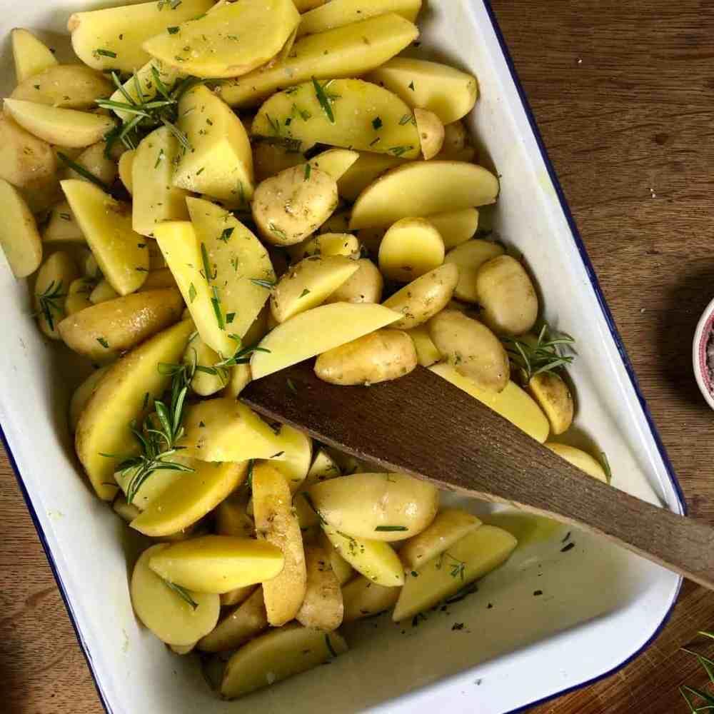 Kartoffeln mit Olivenöl beträufeln und würzen.