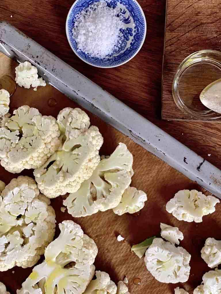 Mit Olivenöl beträufeln und mit Salz würzen.
