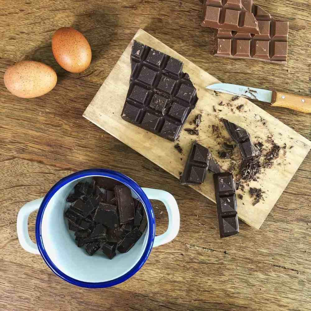 Dunkel Schokolade in grobe Stücke schneiden und in eine kleine Schüssel geben.