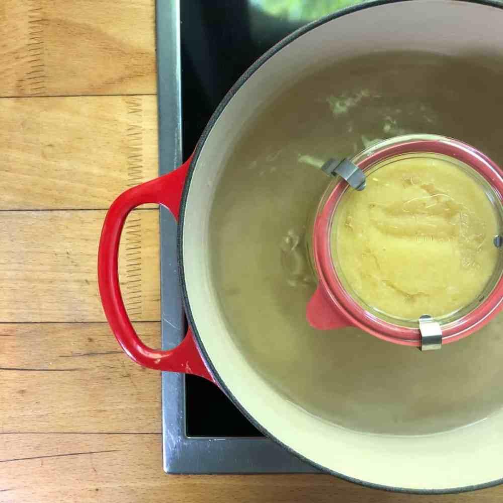 Gläser in einem Topf Wasser kochen.