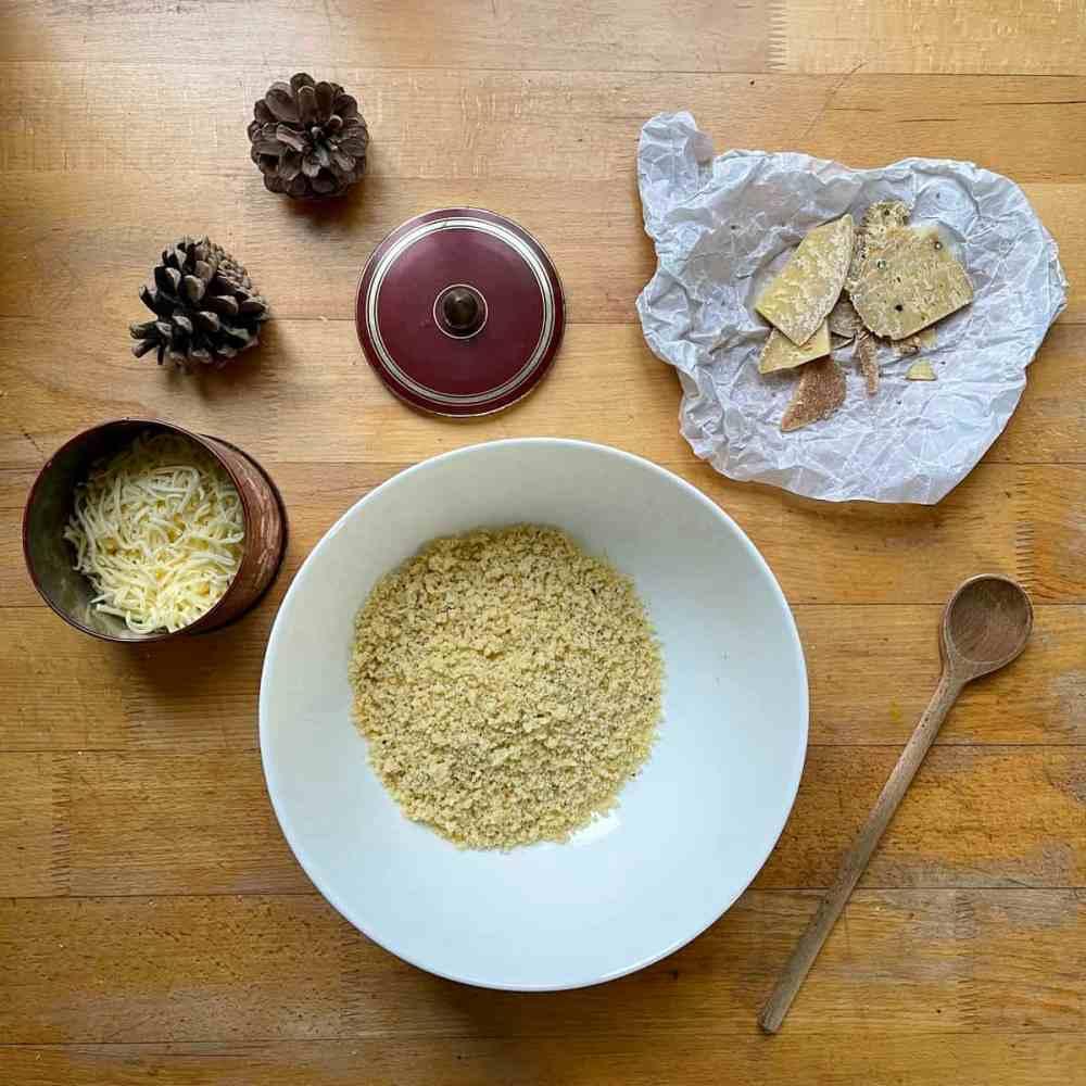 Käse reiben und in der Küchenmaschine klein schneiden.