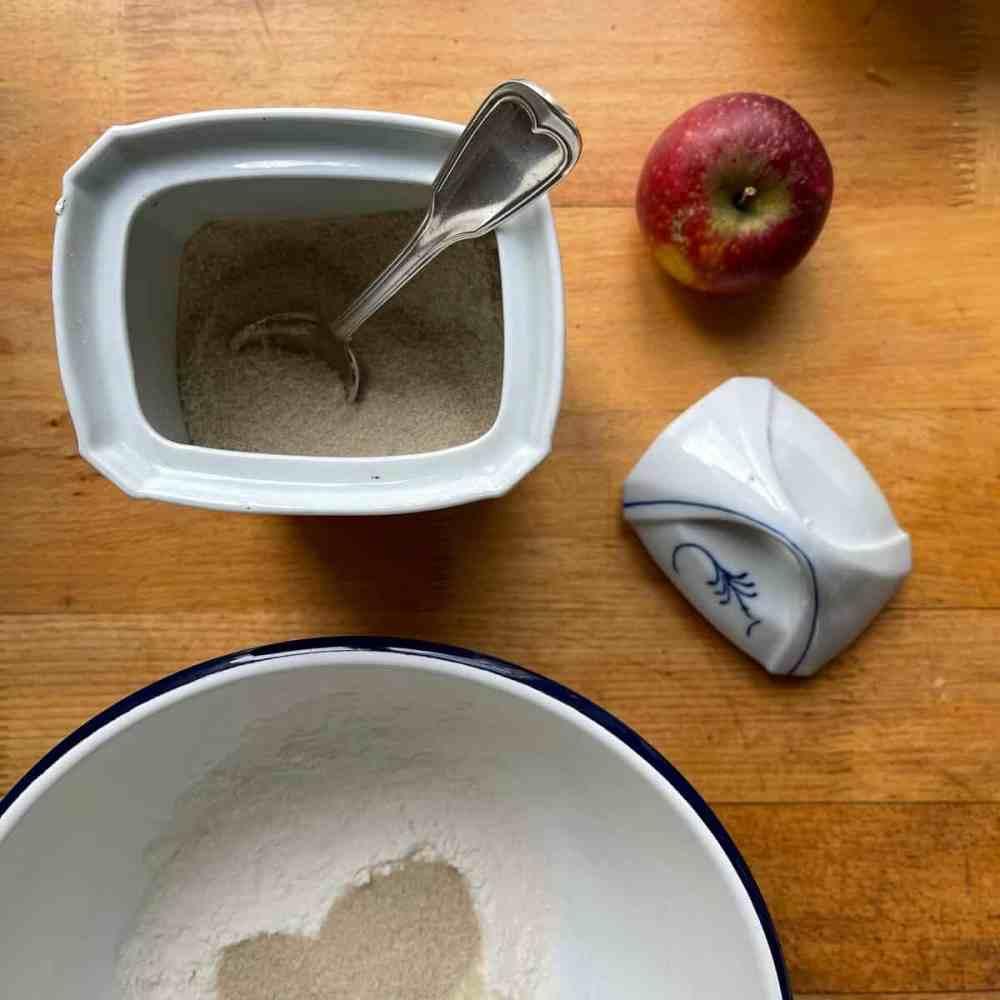 Mische Mehl und 50 g Zucker zusammen in eine Schüssel.