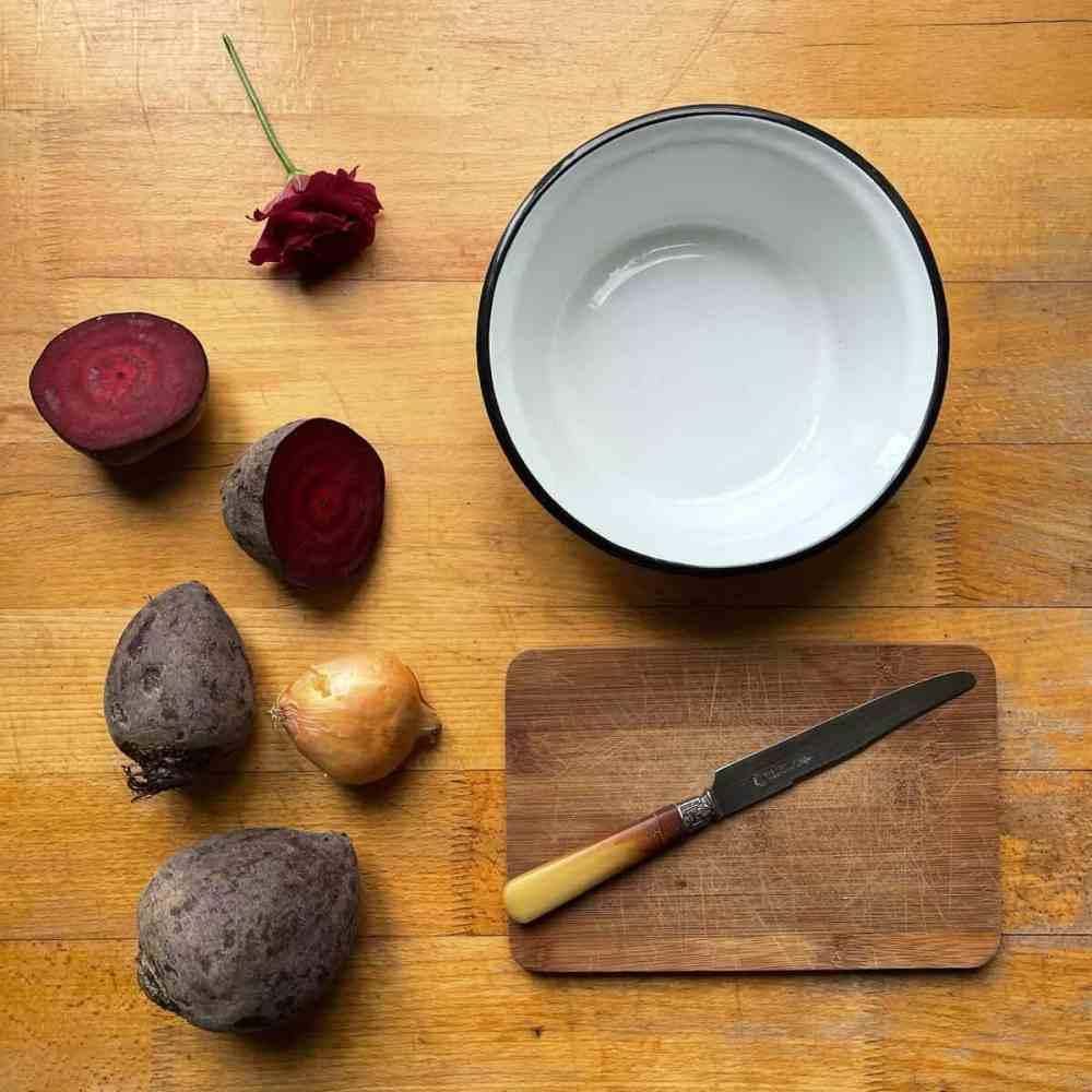 Zwiebel und Rote Bete vorbereiten.