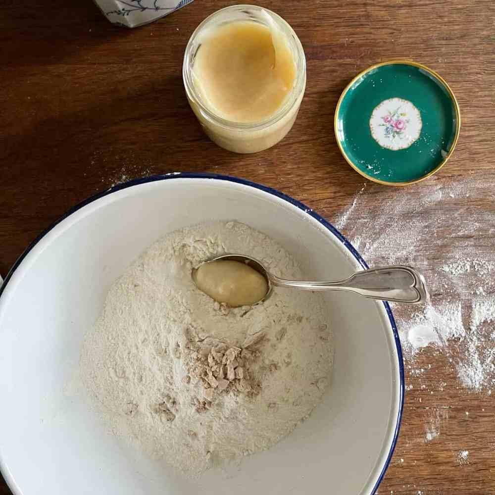 Hefe und Honig/Zuckerrübensirup untermengen.
