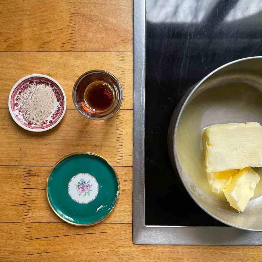 Gebe Margarine, Kaffeepulver und Sirup in einen Topf.