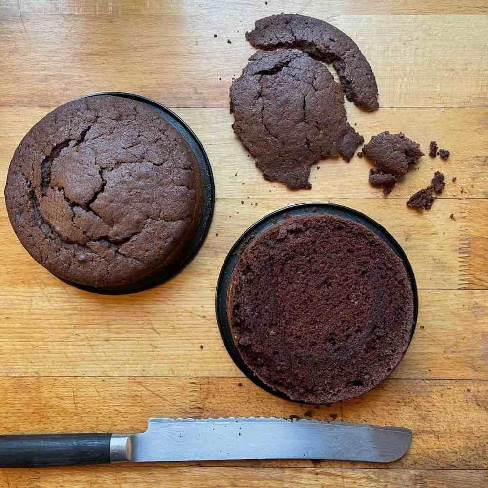 Die 'Haube' des Kuchens mit einem langen Messer gerade entfernen.