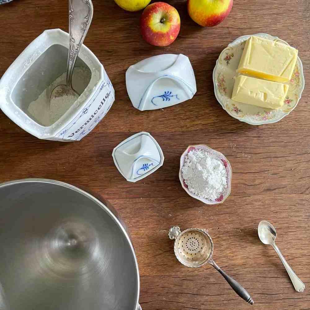 Mische weiche Butter, Puderzucker, Zimt und  Mehl zu einem glatten Teig