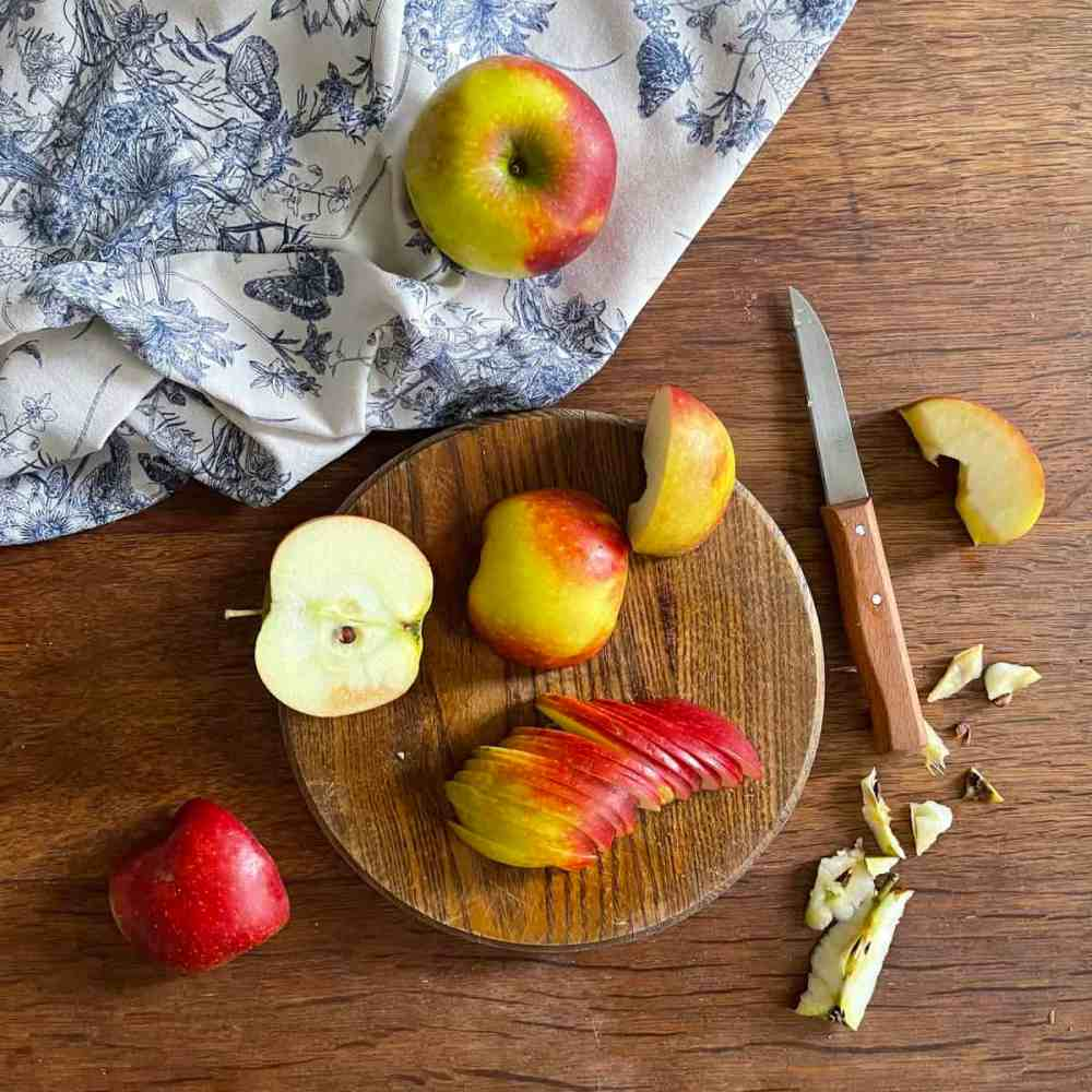 Die Äpfel in dünnen Scheiben schneiden.