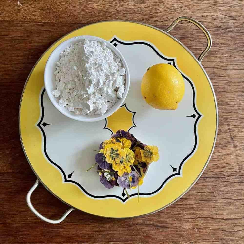 Zutaten für die Zitronenglasur mit Blumen.