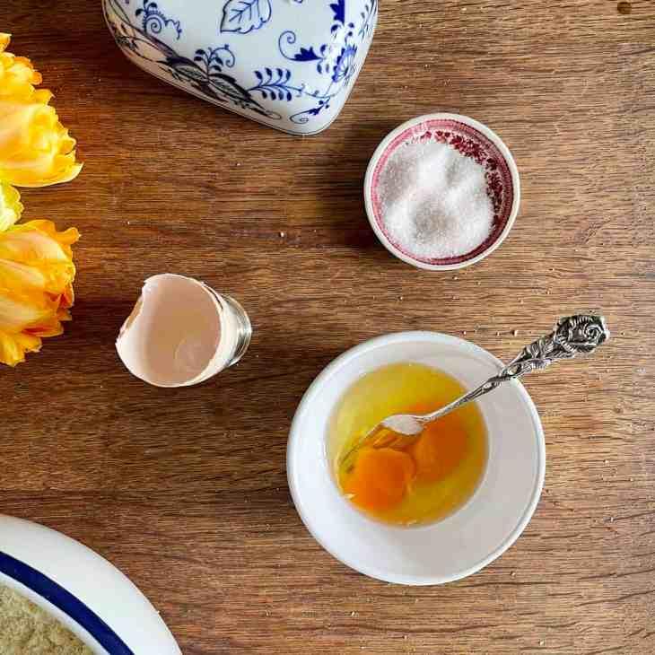 Verquirle das Ei kurz und gebe es zur Mischung dazu.