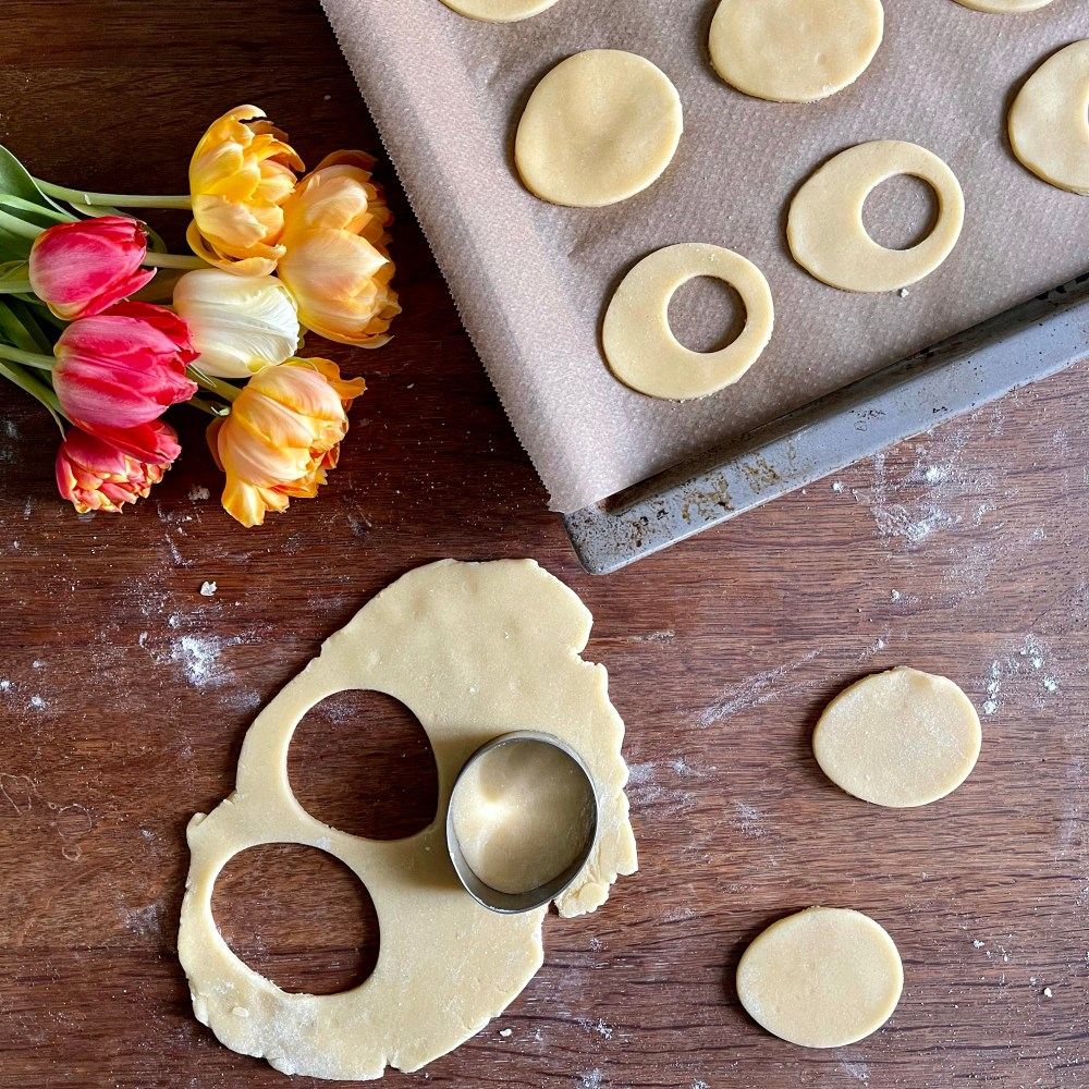 Die Kekse auf ein mit Backpapier belegtes Blech geben und 15 - 20 Minuten backen.