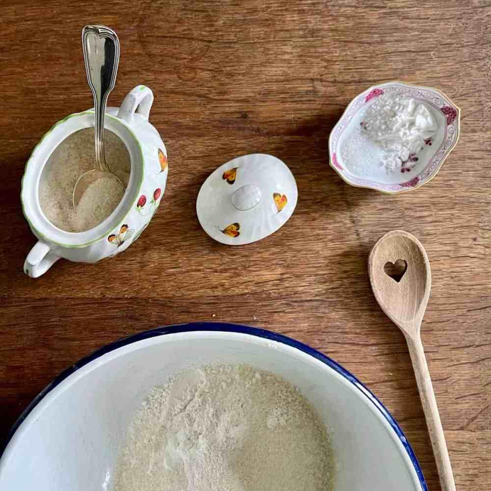 Zucker und Mehl in eine Schüssel geben.
