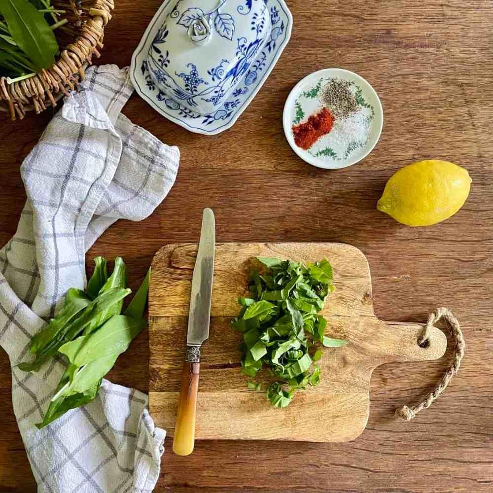 Bärlauch mit einem Messer oder Küchengerät zerkleinern.