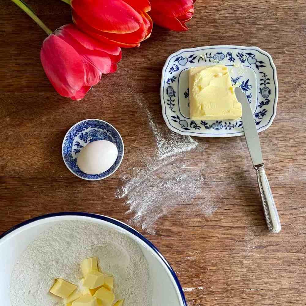 Kalte Butter in Stücke schneiden.