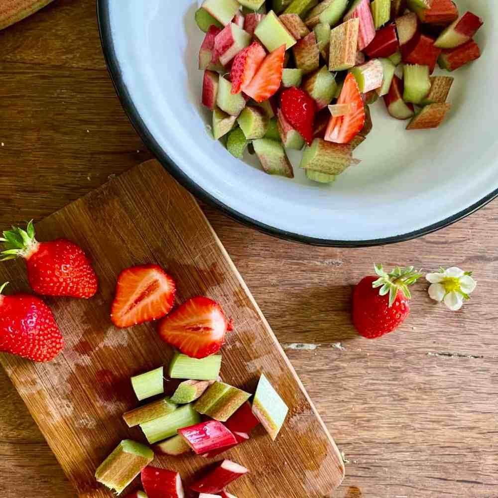 Rhabarber und Erdbeeren waschen, putzen und klein schneiden.