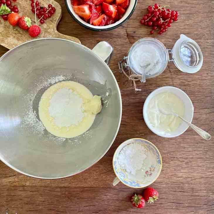Sahne mit Crème fraîche und Vanillezucker steif schlagen.