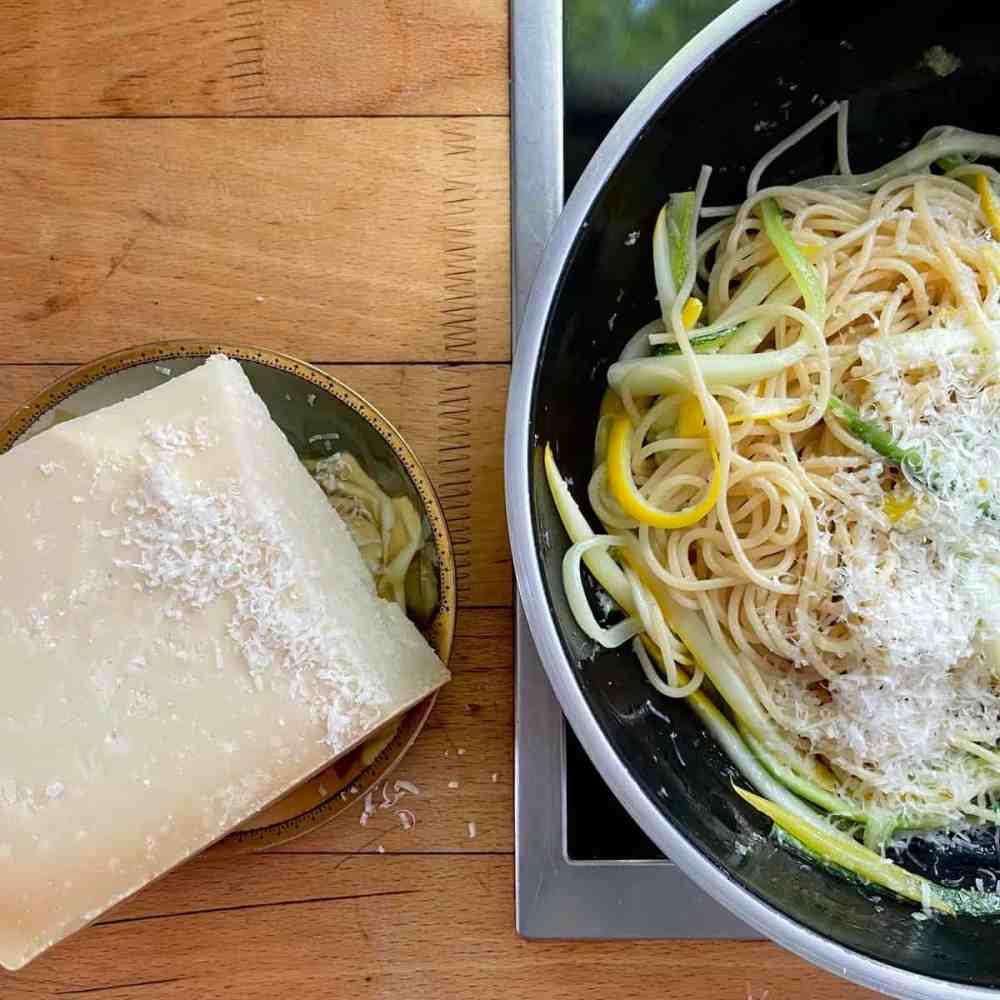 Die Hälfte des Parmesans darüber reiben.