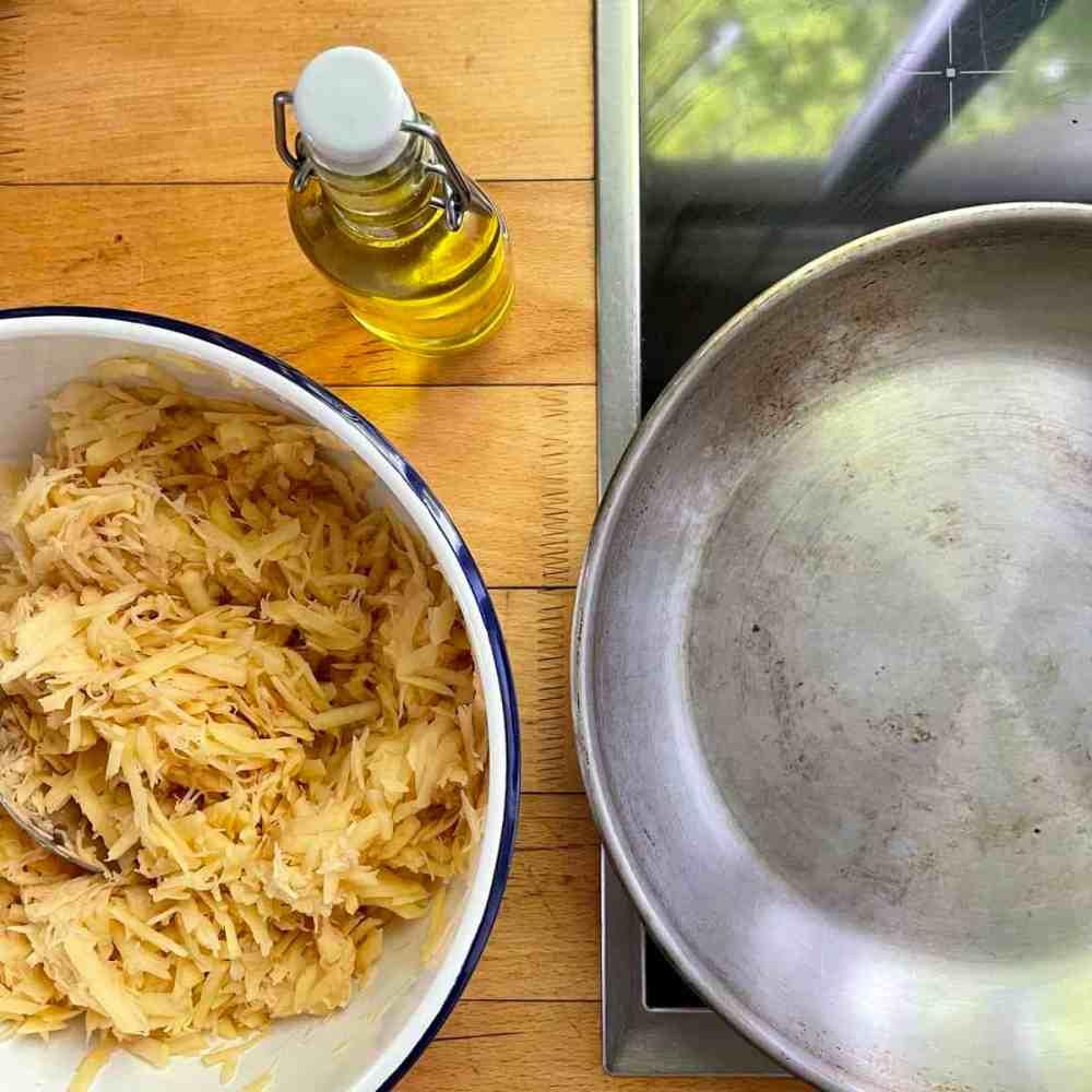 In einer Pfanne das Öl erhitzen.