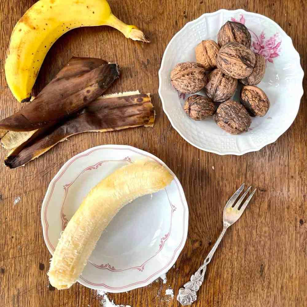 Die Bananen schälen mit einer Gabel zermatschen.