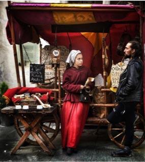Zeitreise in Tallinn mit zwei historisch gekleideten Esten