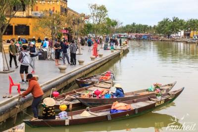 Am Ufer bekommt man alle 5 Meter eine Bootsfahrt angeboten