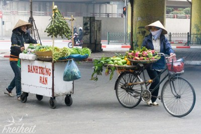Gutgelaunte Straßenverkäuferinnen