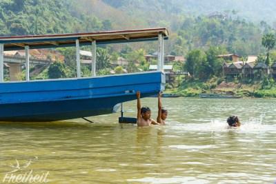 Spielende Kinder kurz vor unserer Abfahrt in Nong Khiaw