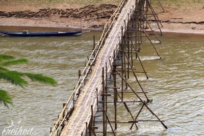 Saisonale Bambusbrücke zur Trockenzeit
