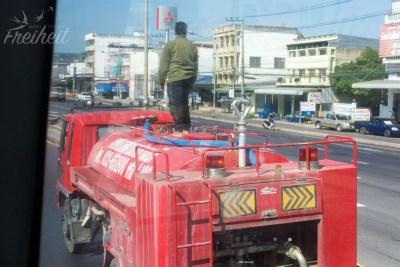 Schnappschuss aus dem Bus - dieser Mann steht lockerflockig auf einem fahrenden LKW oO