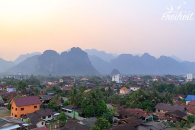 Vang Vieng liegt mitten zwischen Karstbergen