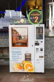 Promotion: für 2 Singapurdollar gibts frisch gepressten O-Saft aus dem Automaten - genial und wohltuend bei der Hitze