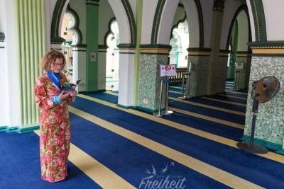 Besucher der Moschee dürfen die Moschee kostenlos besuchen - Kopftuch muss frau nicht tragen. Nur eine Robe gibt es.