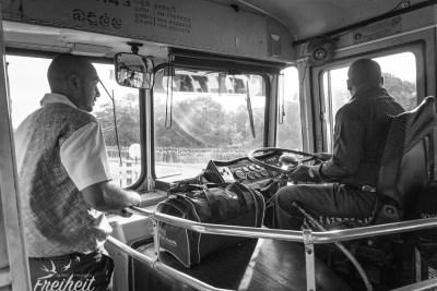 Busfahrer und Busschaffner im Gespräch
