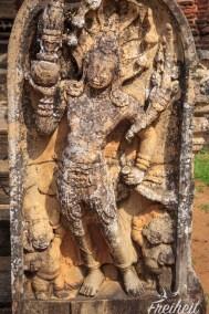 Ein Wächterstein am Eingang des Lankatilaka