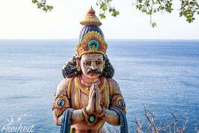 Der Tempel liegt direkt über dem Indischen Ozean