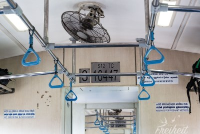 Dritte Klasse mit ratternden Ventilatoren