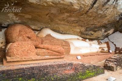 Darunter ein liegender Buddha