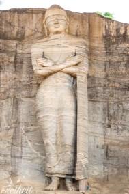 Der stehende Buddha mit einer ungewöhnlichen Armhaltung misst 7m